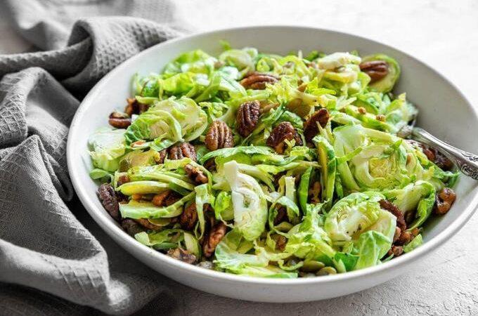 Кето салат из хрустящей брюссельской капусты