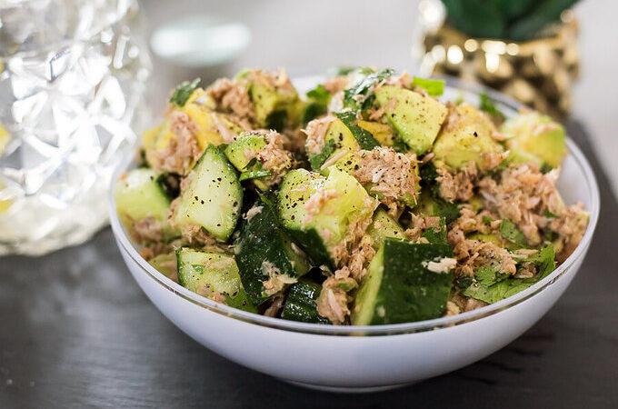 Кето салат с тунцом и авокадо