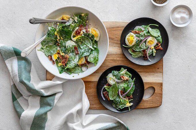 Легкий салат со шпинатом и беконом