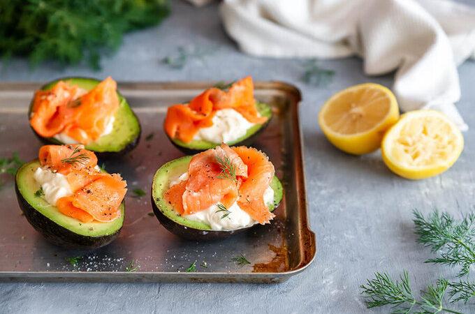 Кето авокадо с копченым лососем
