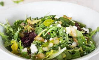Кето салат из рукколы и карамелизованного лука